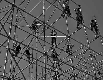 brave-souls-work-together-and-face-enormous-risks-to-put-up-scaffolding